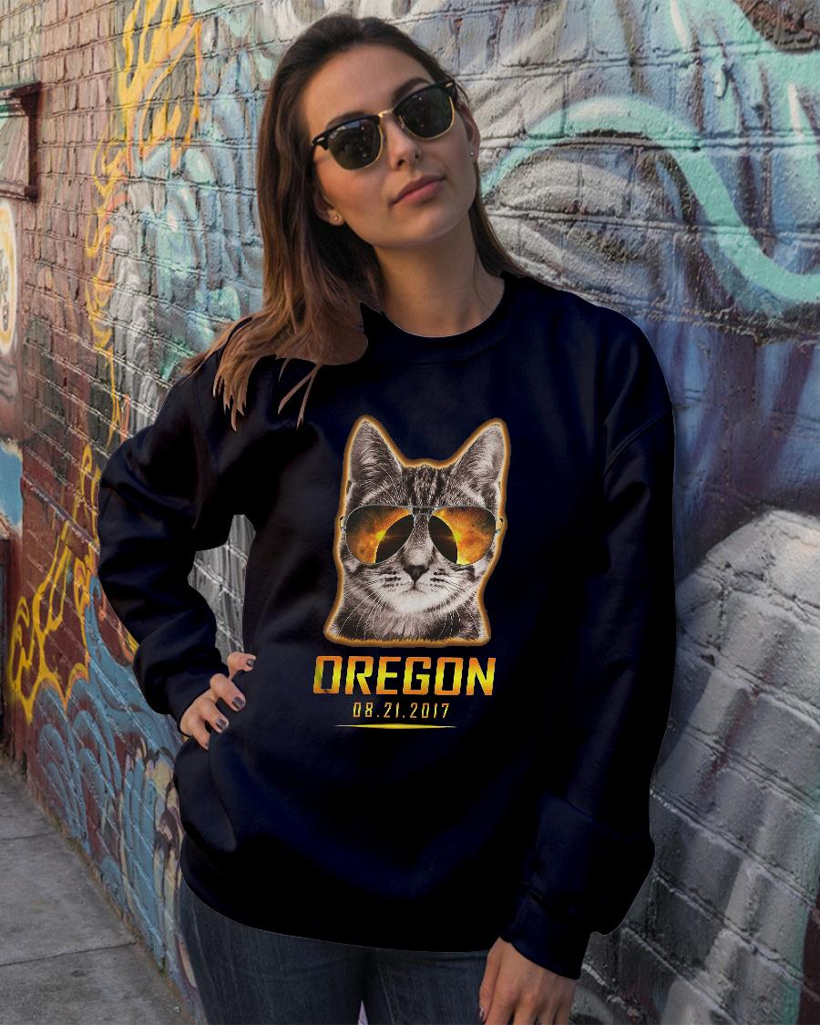 Cat is watching Oregon total solar eclipse 2017 shirt sweater official