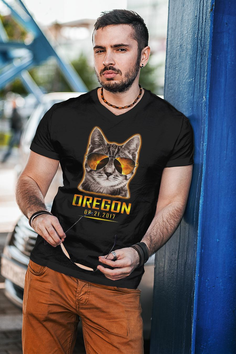 Cat is watching Oregon total solar eclipse 2017 shirt unisex